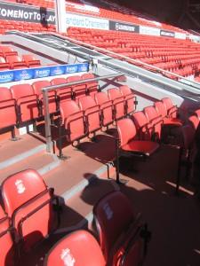 Die Auswechselbank in der Anfield Raod unterscheidet sich nicht viel mit der Zuschauertribüne